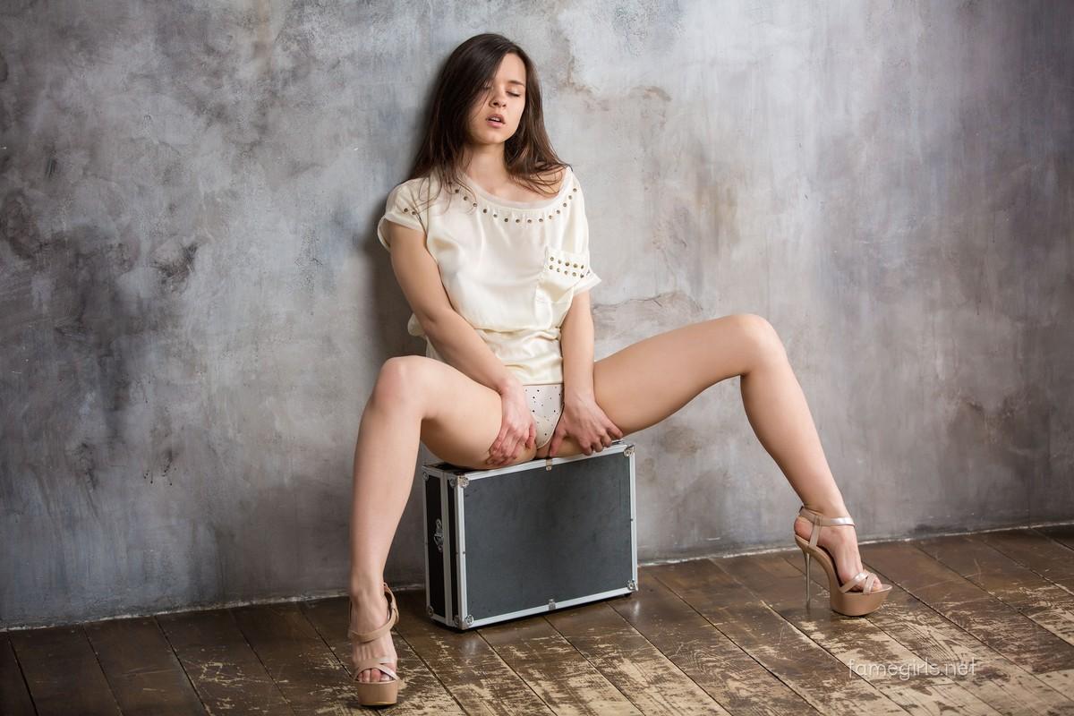 Девушка, чемодан и кресло